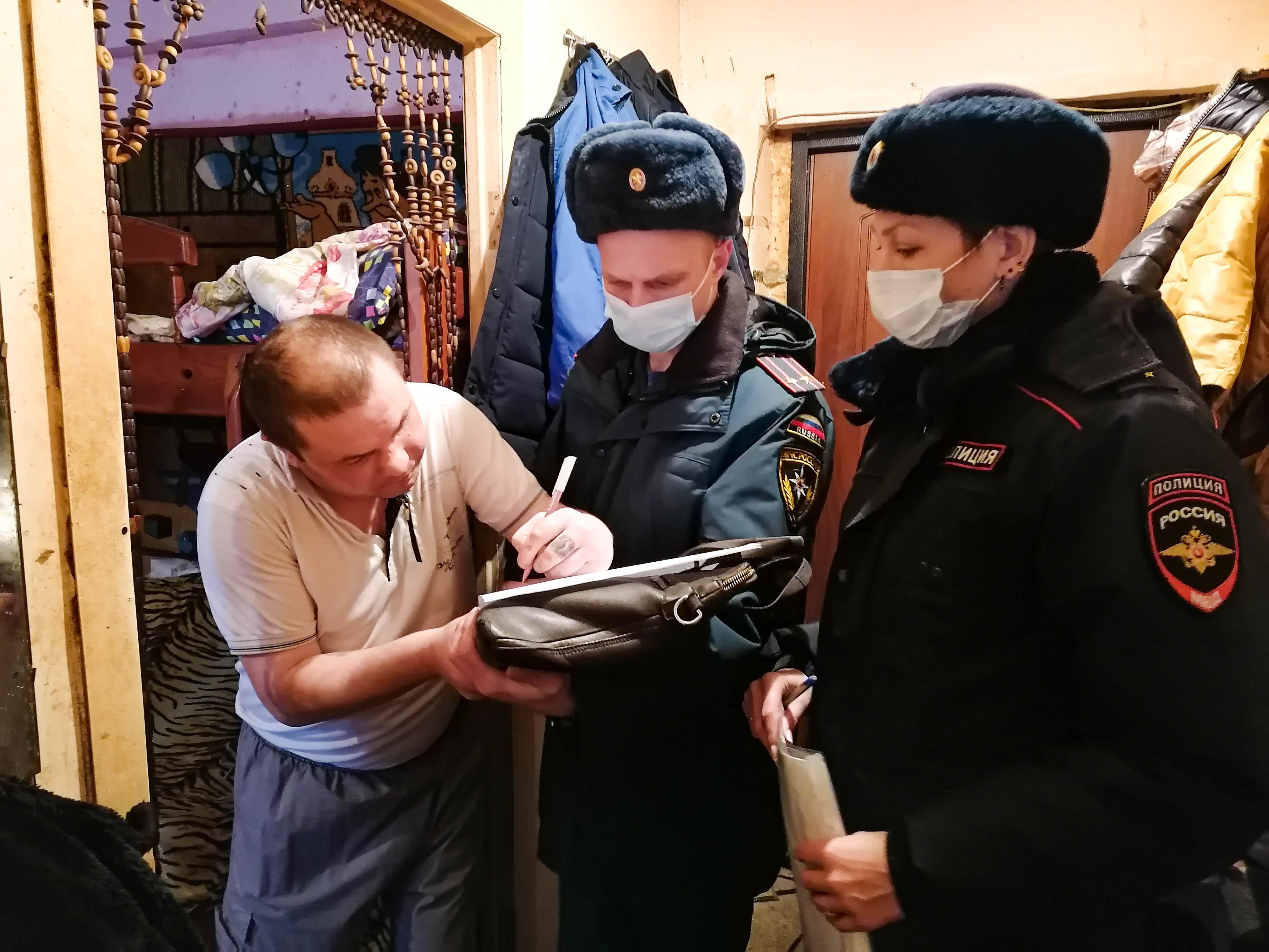 Сотрудники МЧС России посещают многодетные и социально незащищенные семьи Зарайска