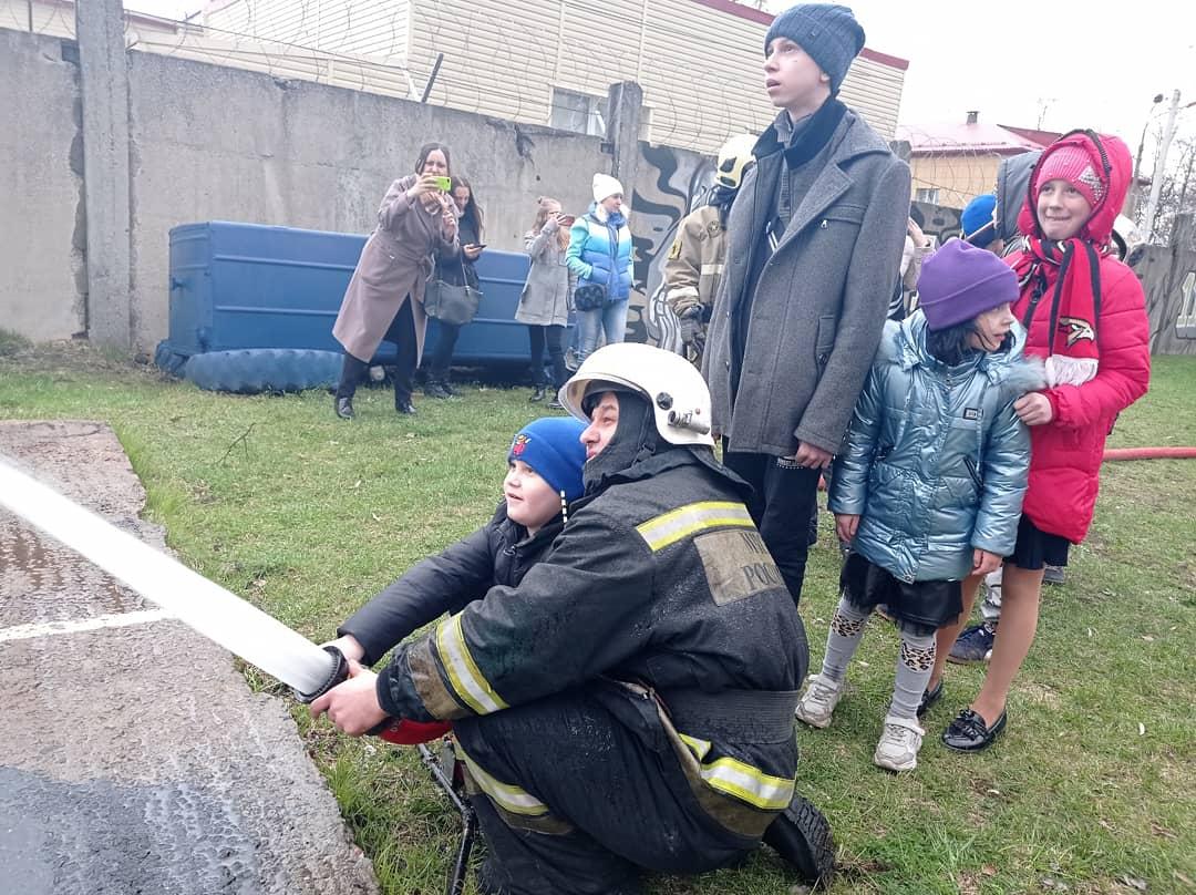 Пожарно-спасательную часть в Балашихе посетили дети из многодетных семей