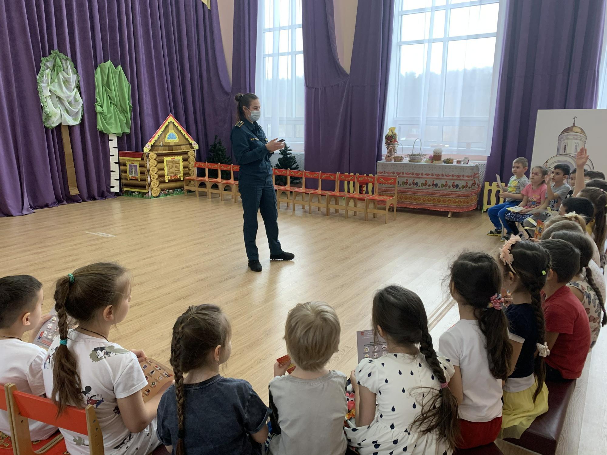 Сотрудники МЧС пришли в гости к ребятам из детского сада «Улыбка» в Домодедово