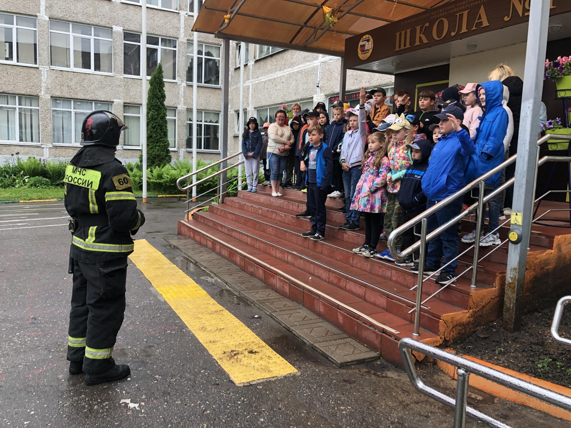 Сотрудники ПСЧ №77 провели занятия в школьном лагере Климовска