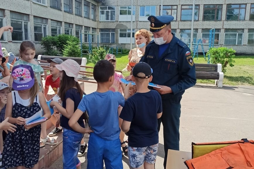 Сотрудники МЧС пришли в гости в детский оздоровительный лагерь в Ликино-Дулево