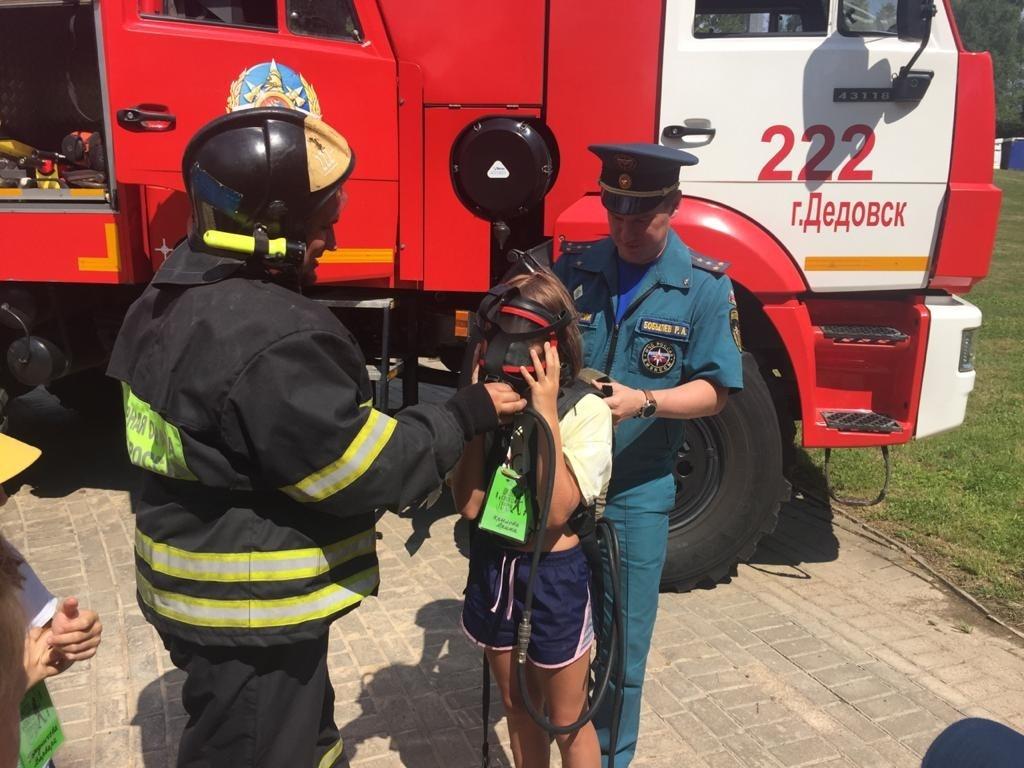Инспекторы госпожнадзора провели занятие с отдыхающими в детском лагере на базе Ленино-Снегиревского музея
