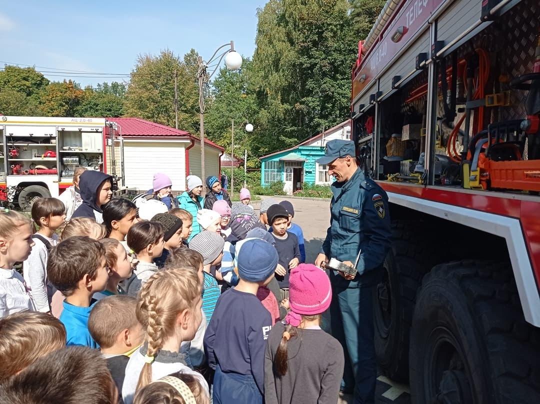 Пожарные Балашихи совместно с бодибилдерами провели занятия для пациентов детского диспансера в Балашихе