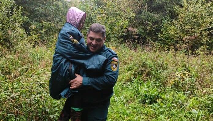 В Дмитрове сотрудники МЧС нашли заблудившуюся в лесу семью с ребенком